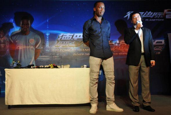 El marfileño Didier Drogba llegó a Chinay fue recibido por miles de hinc...
