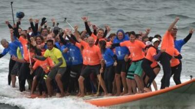 El pasado sábado 66 surfistas surfearon sobre la tabla de surf más grand...