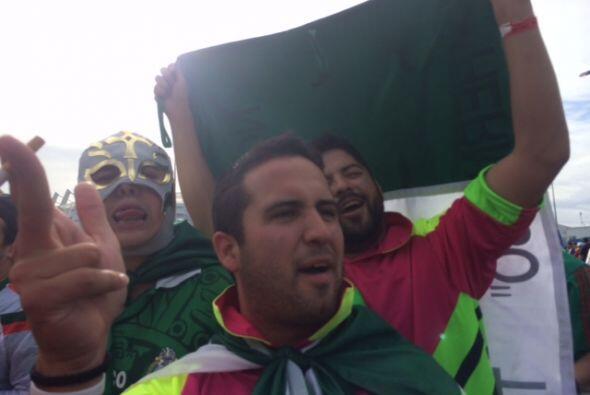 La fanaticada mexicana se reunió para apoyar a su país en el importante...