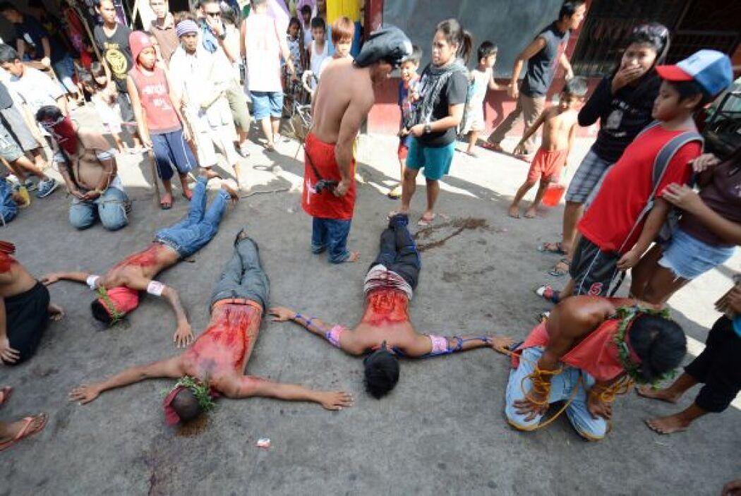Los penitentes se postran mientras se flagelan.