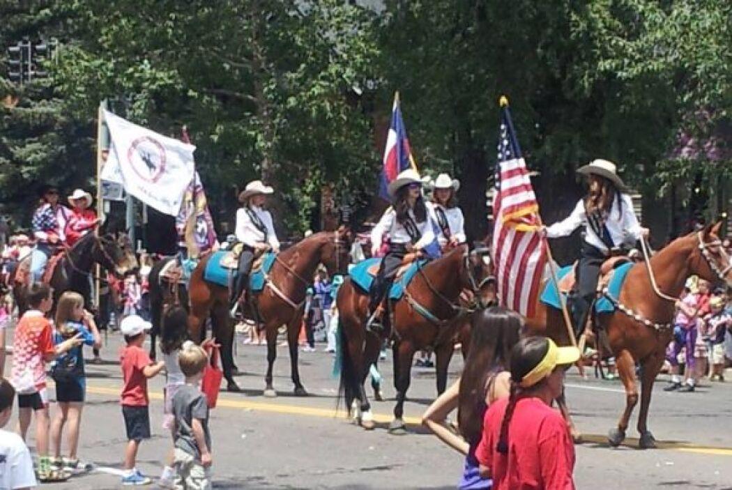 Carlos Acevedo captó parte del desfile desde Aspen.
