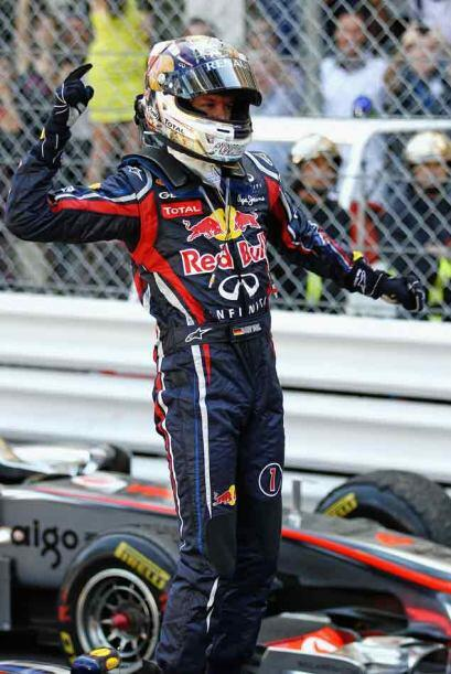 Vettel se impuso tras una carrera accidentada, que tuvo que ser interrum...