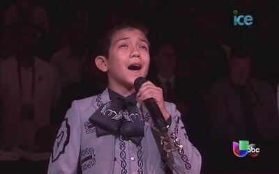 Niño vestido de charro cantó el Himno de EEUU