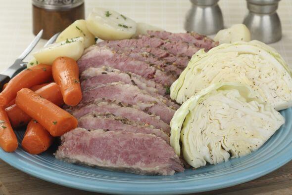 Necesitas: 1 pieza de Corned beef listo para hervir y ya curado, agua, 3...