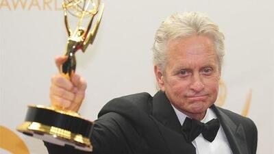 El actor presume su premio Emmy.