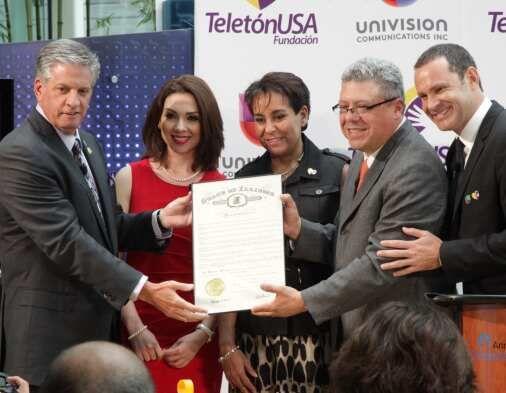 Angélica Atondo y Alan Tacher, junto con Keith Turner, presidente...