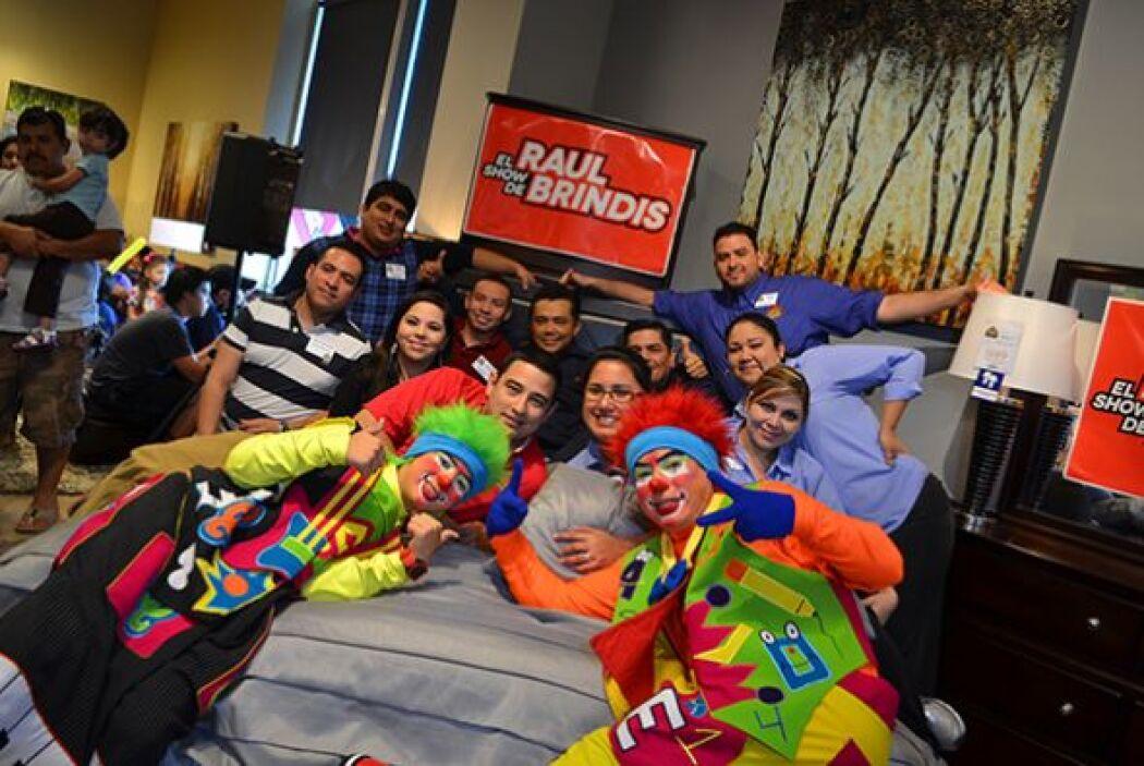 En la cama caben 1, 2, 3... ¡13 personas!   Escucha El Show de Raúl Brin...