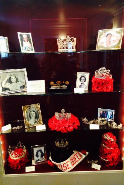 Y las conmemora en una exquisita galería con retratos y coronas. Detalle...