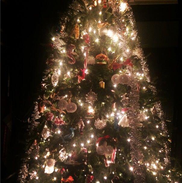 En lugar de poner esferas navideñas, Gaga colgó mini hamburguesas brilla...