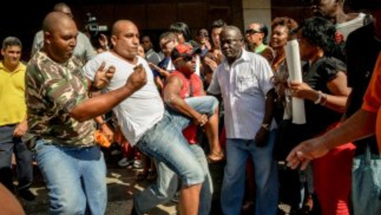 """El hostigamiento a las """"Damas de Blanco"""" por una turba oficialista cuand..."""