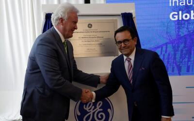 Jeffrey Immelt, presidente de General Electric (i), junto a Ildefonso Gu...