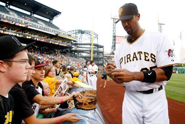 Derrek Lee, estrella de Pittsburgh, se tomó el tiempo de firmar u...