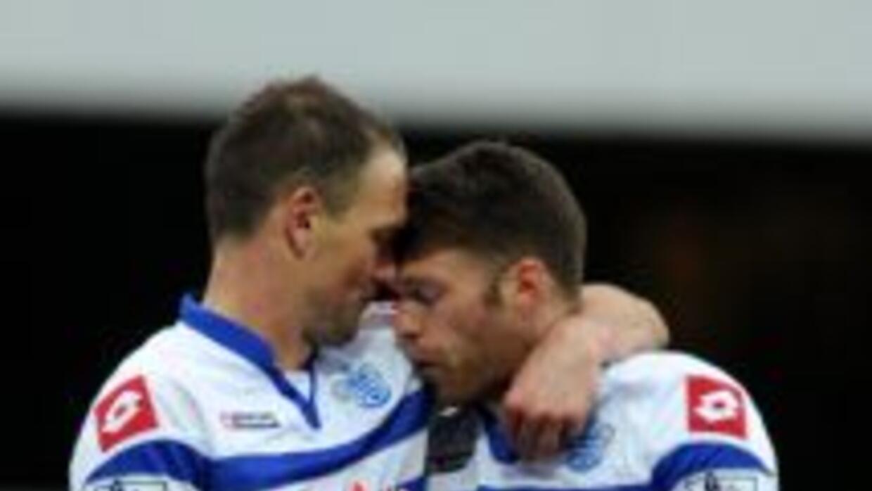 Clint Hill y Jamie Mackie del QPR celebran la victoria final sobre Sunde...