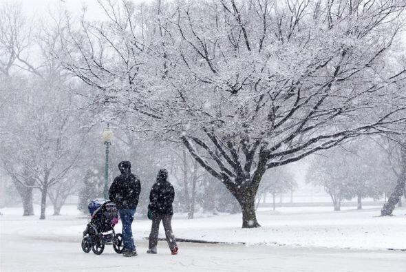 Una familia camina bajo una intensa nevada en los alrededores del Capito...