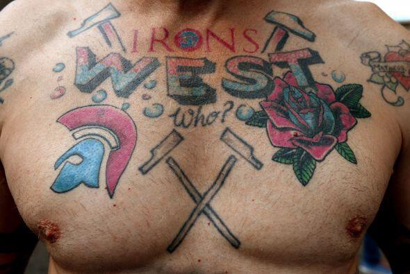 Un seguidor del West Ham muestra sus tatuajes antes del inicio del parti...