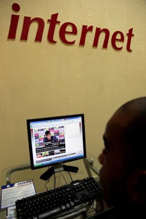 No obstante, el acceso a Internet desde los hogares sigue restringido, y...