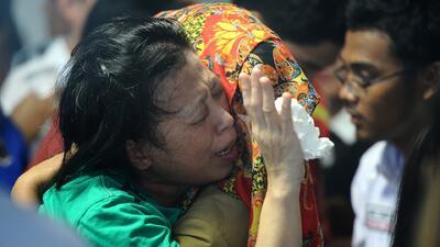 Confirman tragedia aérea en Indonesia al encontrarse cuerpos y partes de...