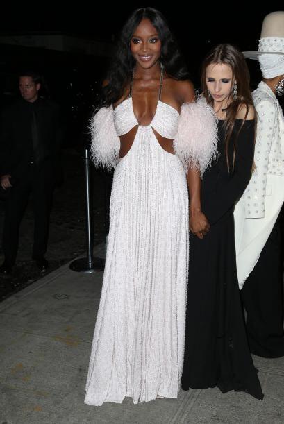 Ya que la sensual modelo mantuvo su vestido toda la noche.Mira aquí los...