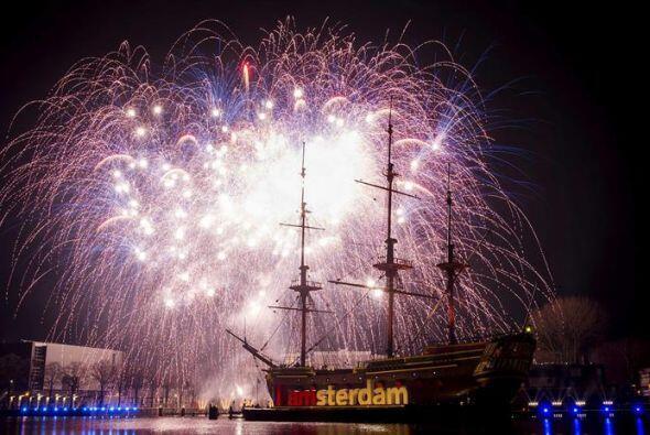 Fuegos artificiales iluminan el cielo sobre el museo Scheepvaart en Amst...