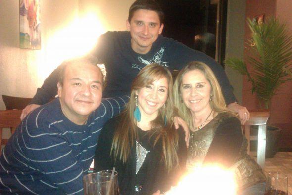 Leslie Montoya nos compartió esta bonita foto con su esposo y sus papás....