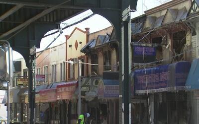 Un masivo incendio destruye varios negocios y viviendas en Queens