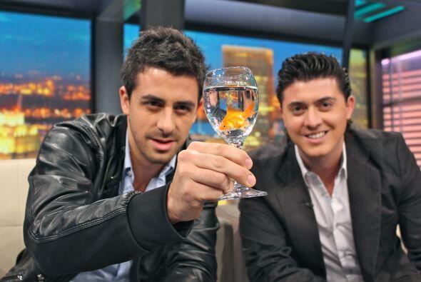 Son un dueto que te divertira no te lo pierdas este noche por Univision.