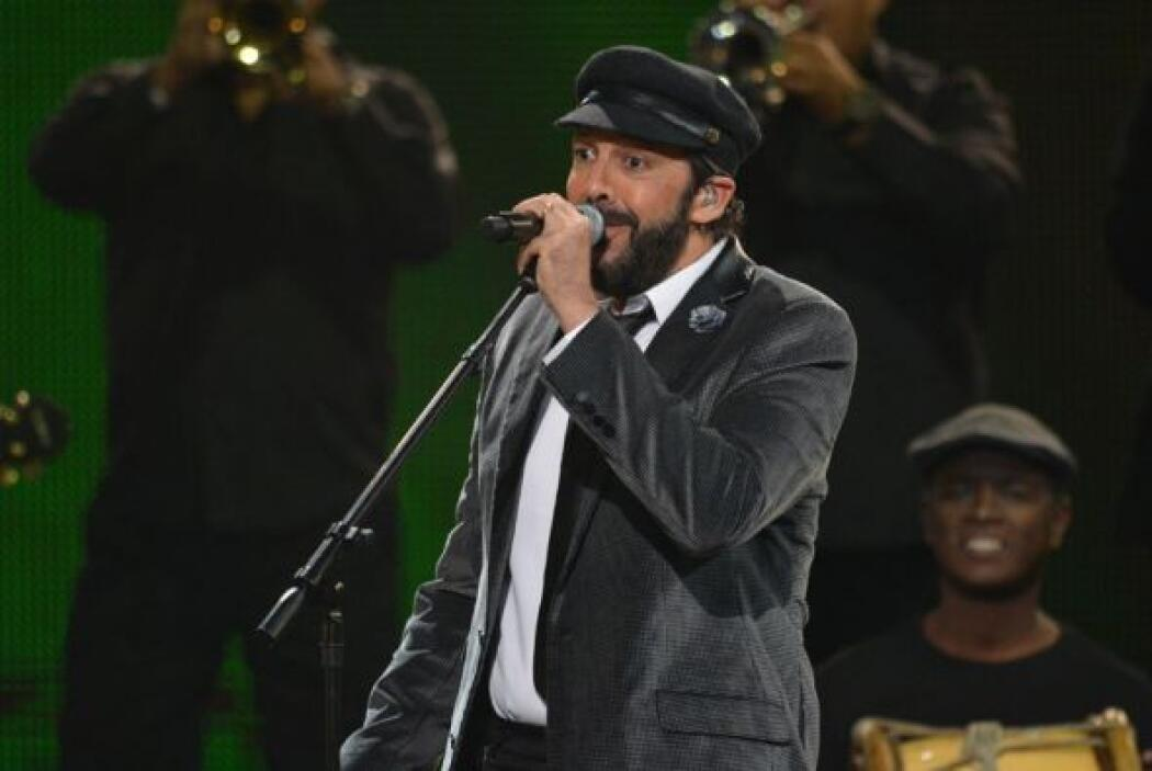 El cantante derrochó energía en el escenario de Premio Lo Nuestro.