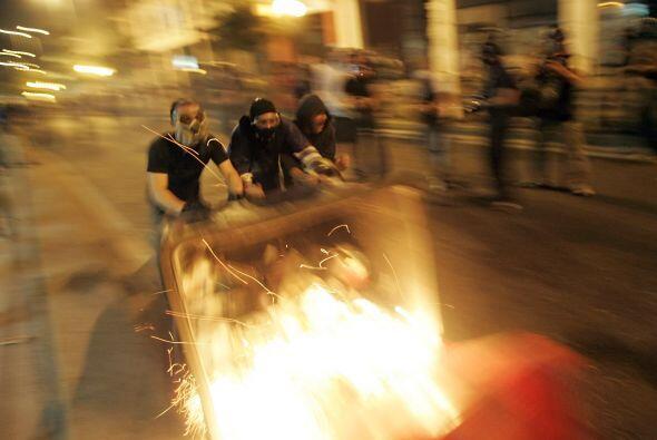 En una manifestación antifascista en Atenas, Grecia, los enfrenta...