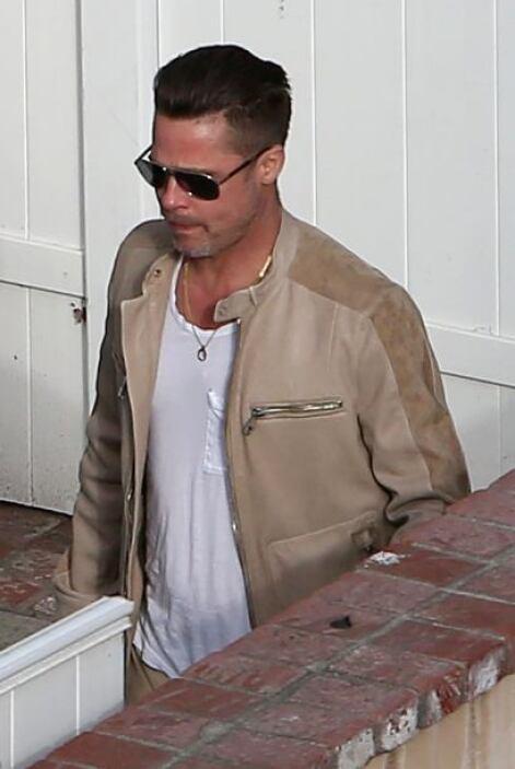 Brad vistió una playera blanca y pantalones y chaqueta en tono beige. Mi...