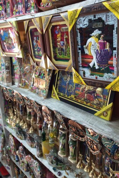 Decoraciones coloridas en el mercado de La Paz, Bolivia.