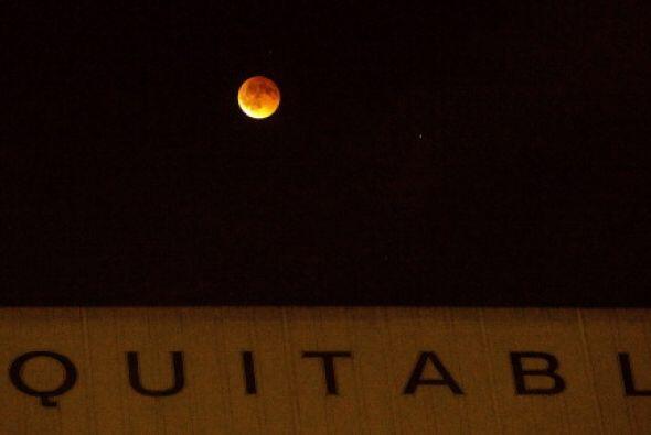 """También en California se pudo apreciar la """"luna sangrienta""""."""