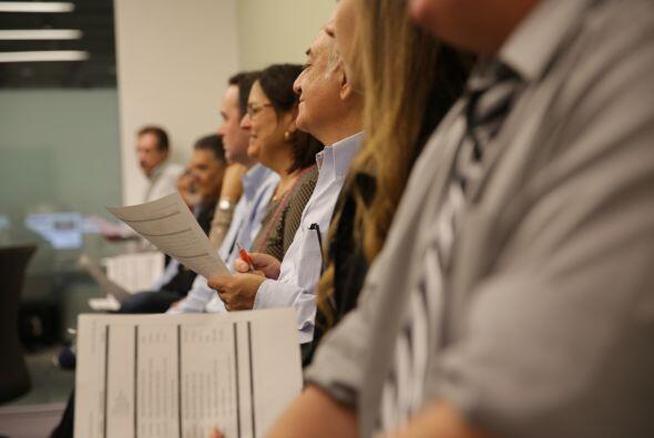 El equipo de productores de Noticias Univision, durante su reunió...