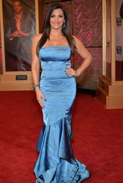 Bárbara Bermudo dejó el negro a un lado y llegó con un vestido azul clar...
