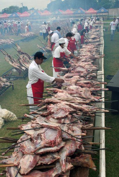 Voluntarios de control de la carne durante un asado solidario denominado...