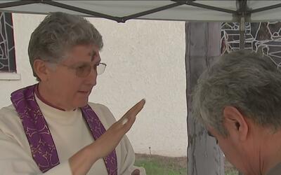 Una iglesia rompió el protocolo y abrió una ventanilla de servicio expré...