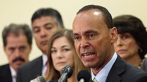 El congresista Luis Gutiérrez (Illinois) junto a otros legistadores demó...