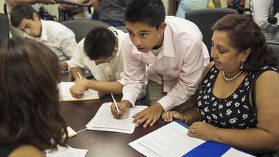 Un grupo de dreamers llena solicitudes de DACA en la sede de CHIRLA en L...