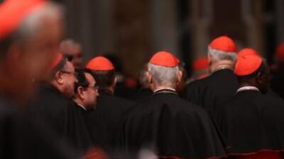 Los 115 cardenales que elegirán al sucesor del Papa Benedicto XVI ingres...