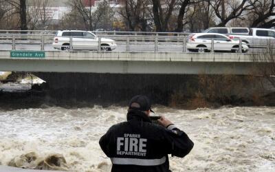 El río Truckee a su paso  por el puente que une las ciudades de R...