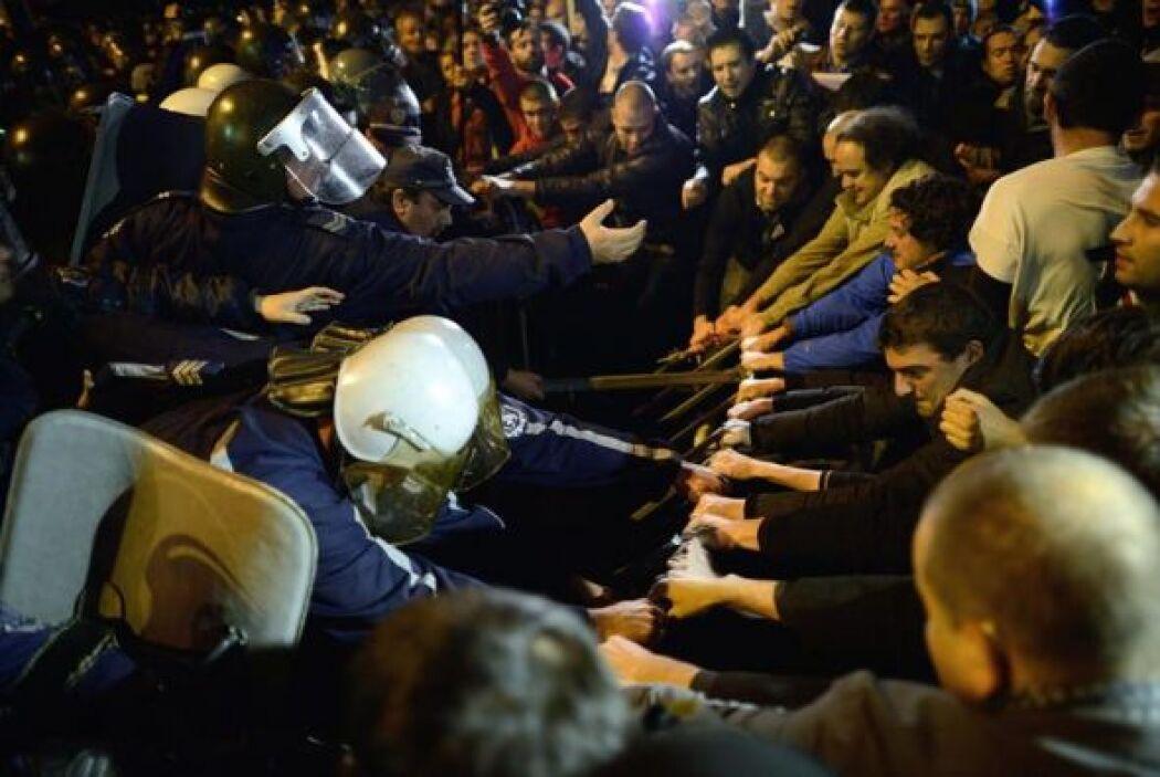 Miembros de la Policía y manifestantes se enfrenta durante una protesta...