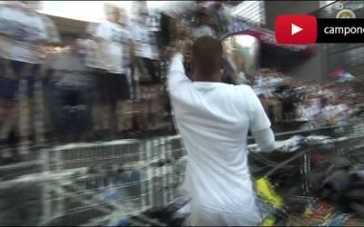 Aficionado en silla de ruedas levanta el trofeo de copa en Dinamarca