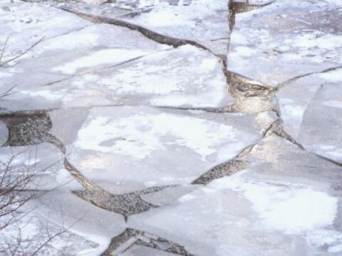 El hielo se acumula en el río de Chicago ya que las temperaturas...