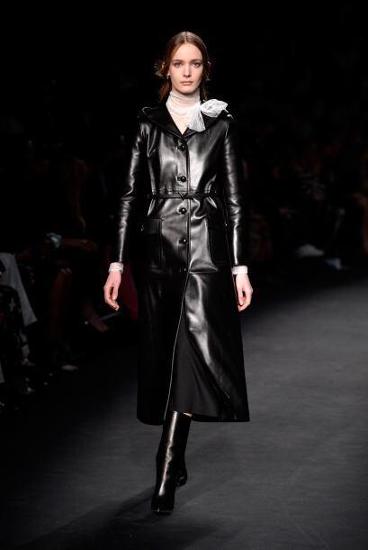 Este abrigo en negro luce muy elegante y formal.