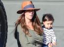 La actriz salió con su esposo y sus dos pequeñitos, Autumn y su bebé Att...