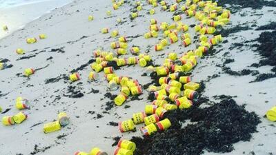 Aparecen miles de latas de café en playa de Florida