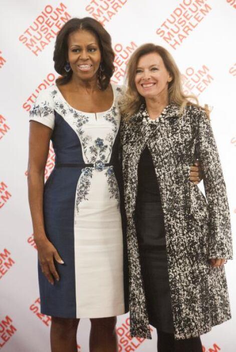 La primera dama de EEUU saluda a Valerie Trierweiler, pareja del preside...