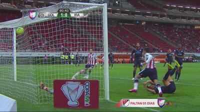 Omar Bravo aprovechó pase de Fierro y anotó el primero de Chivas contra...