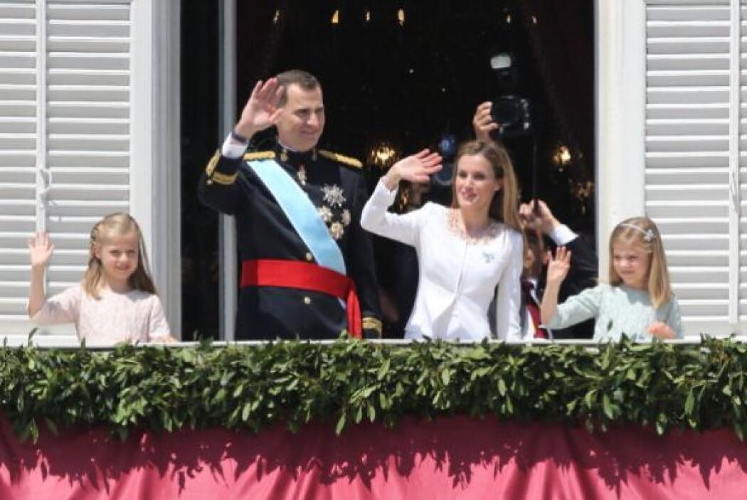 Felipe VI, la reina Letizia y sus pequeñas hijas saludan a los españoles...