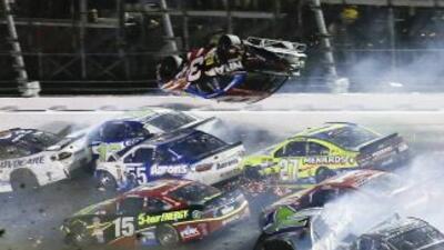 Uno de los carros envueltos en el accidente en Daytona el domingo vuela...