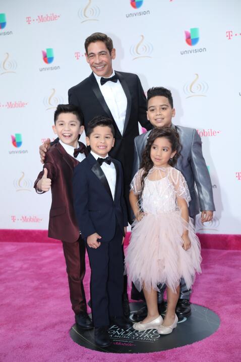 Johnny Lozada y sus hijos   Foto: Univisión